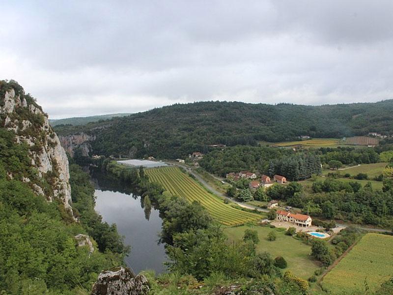paysages du cantal avec massif cantalien village vacances la chataigneraie