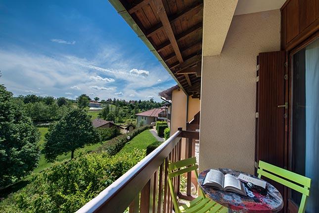 vue sur la terrasse depuis une chambre de la chataigneraie vacances cantal