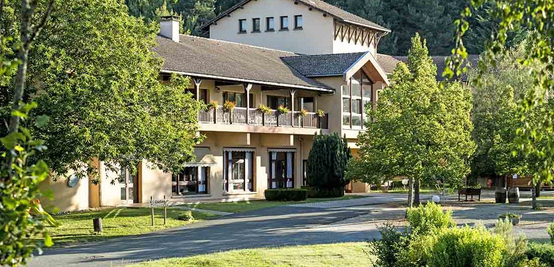 Accueil et réception du domaine de la Châtaigneraie Cantal vacances d'été