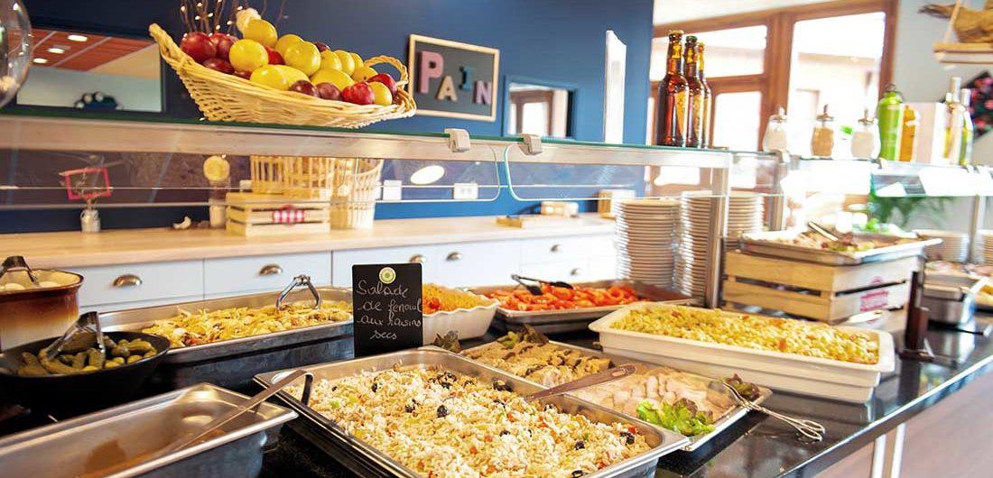 cuisine cantal en buffet à la Chataigneraie pour les vacances d'été