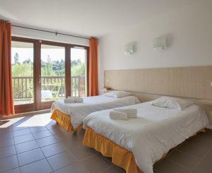 chambre avec lits simple au domaine de la chataigneraie cantal vacances d'été