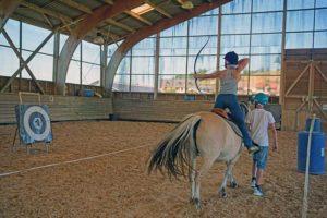 activité au club enfant et ado. Equitation avec tir à l'arc au domaine la chataigneraie cantal