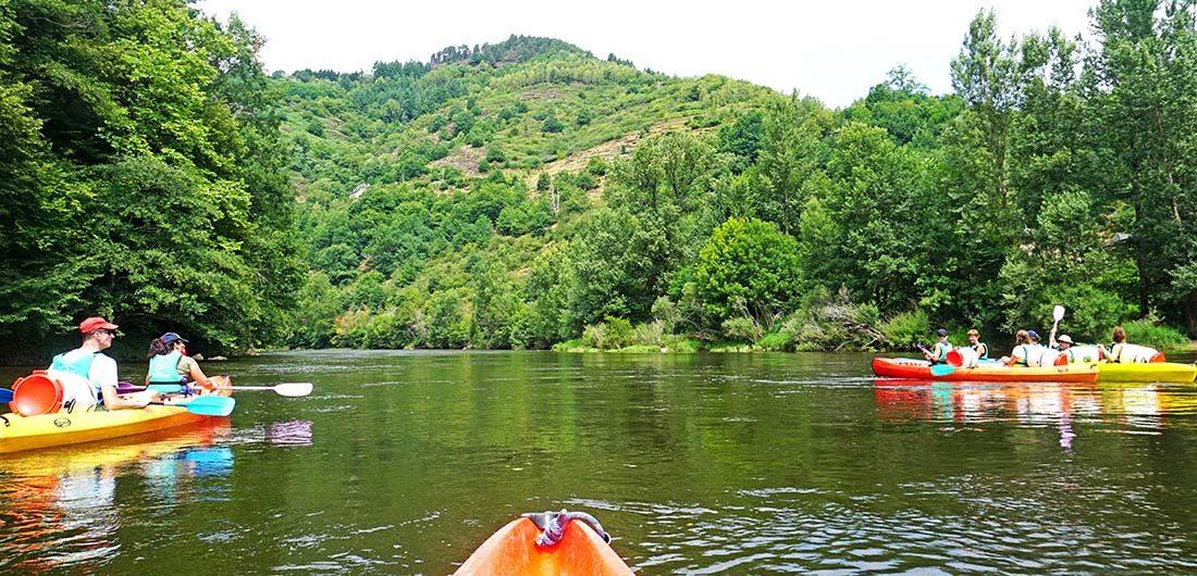 Canoe sur le Lot durant les vacances d'été à la chataigneraie cantal