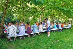 repas en extérieur au lac proche du domaine de la chataigneraie cantal