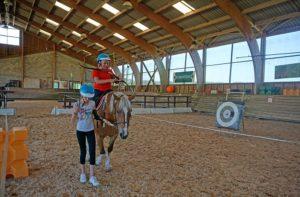 équitation au club enfant de la chataigneraie cantal pendant les vacances