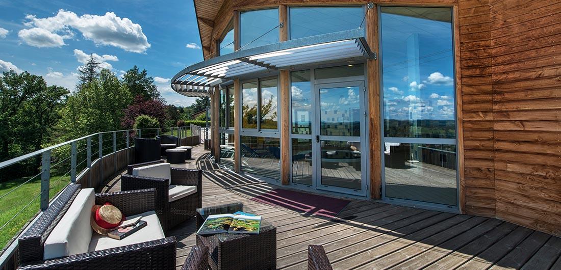 Profitez de l'ensoleillement de notre terrasse durant vos vacances d'été à la Chataigneraie